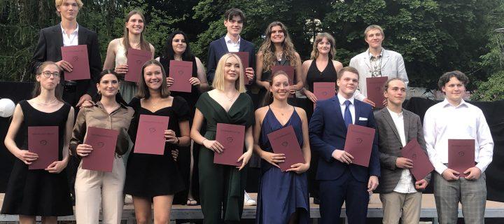 Notendurchschnitt 1,0:  Die Freie Waldorfschule Diez feiert ihre besten Abiturientinnen 2021